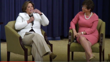 Anna Deavere Smith (l) and presidential advisory Valerie Jarrett _________________________
